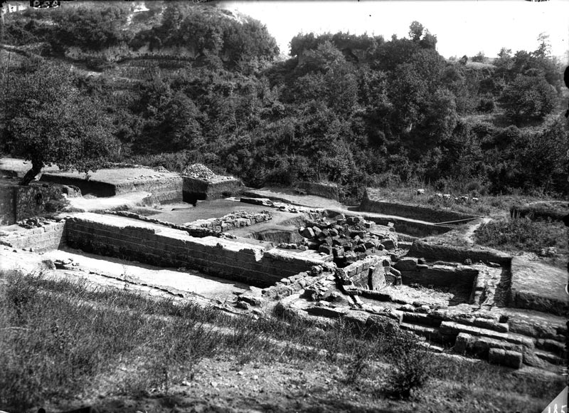 Photograph of the excavation. Photographic archive, ETRU National Etruscan Museum.